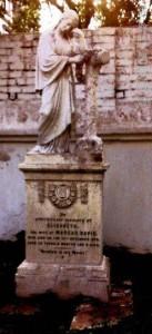 ইংরেজ শাষনামলে কবরে ভাষ্কর্য রাখা মনে হয় জনপ্রিয় ছিল